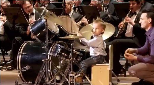 Niño tocando la batería