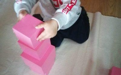 La torre rosa: uno de los materiales más icónicos de la pedagogía Montessori