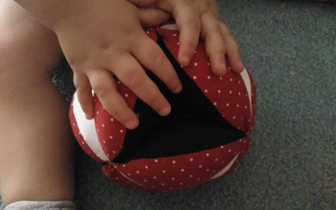 La pelota de gajos Montessori, mucho más que un juguete