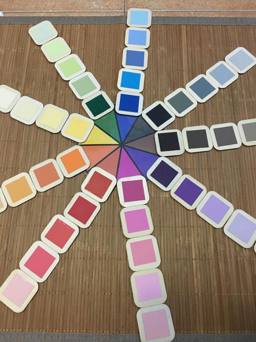 Ejemplo de presentación de la caja de color Montessori número 3