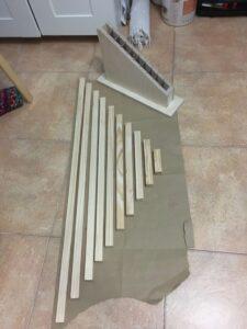 Listones de madera para hacer a mano las barras rojas de Montessori nosotros mismos.