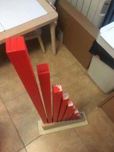 Barras numéricas rojas presentadas de pie. Material Montessori al estilo Hazlo tú mismo (DIY)