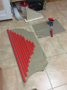 Barras numéricas rojas hechas por ti mismo con soporte, también fabricado a mano.