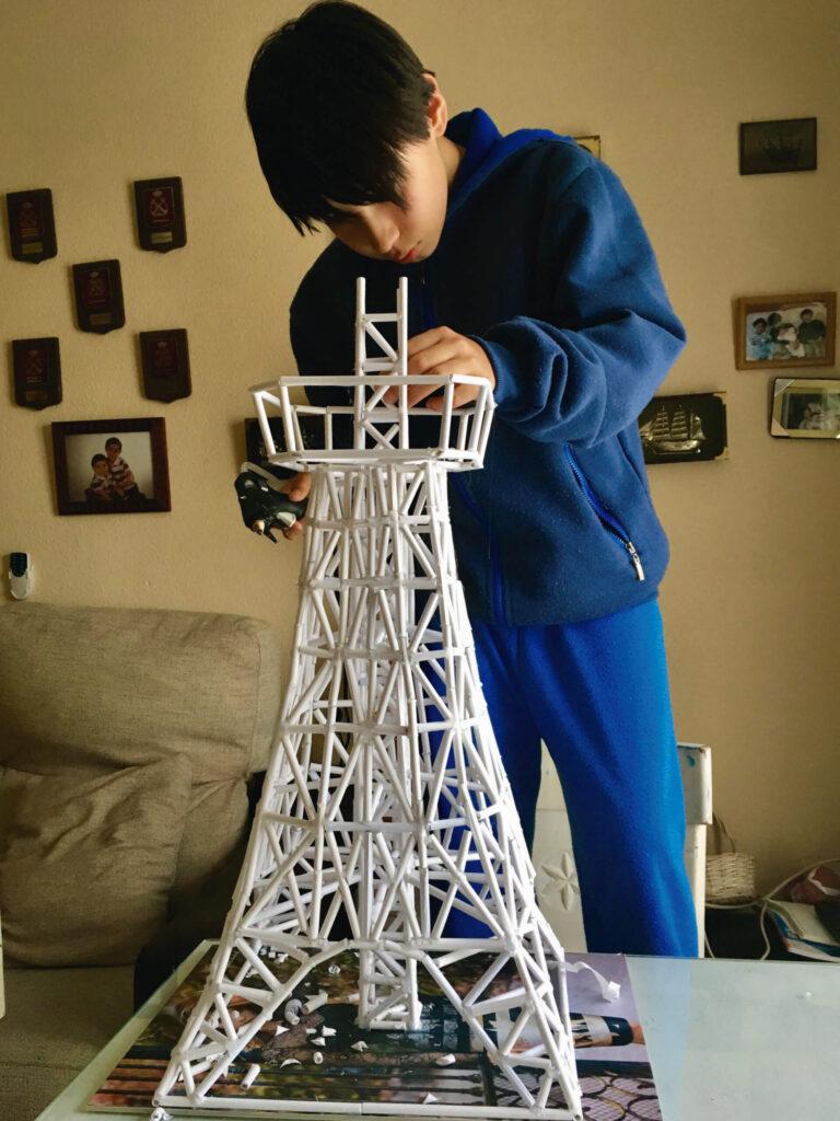 Niño construyendo una maqueta - Fomentar la creatividad