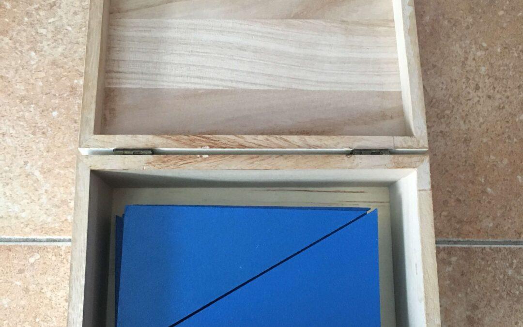 Triángulos azules Montessori hechos a mano por Laura Boyer