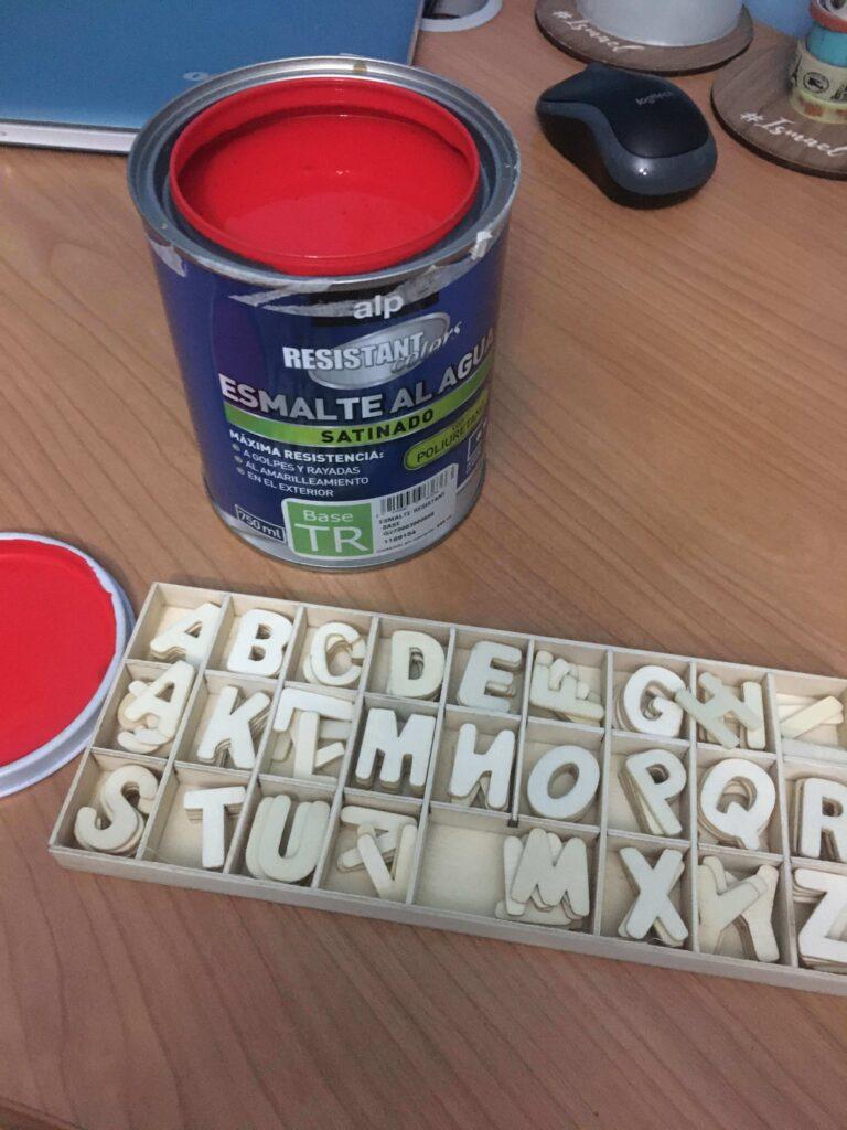 Alfabeto Móvil Montessori hecho en casa. Las consonantes se pintan de rojo.