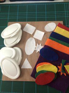 Materiales necesarios: Fieltro, silicona, tabla y tijeras