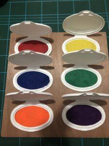 Pegar los fieltros dentro de las tapaderas para que el niño abra y descubra los colores