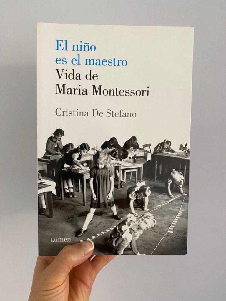 """Portada de la biografía de María Montessori """"El niño es el maestro. Vida de Maria Montessori"""" escrito por Cristina de Stefano."""